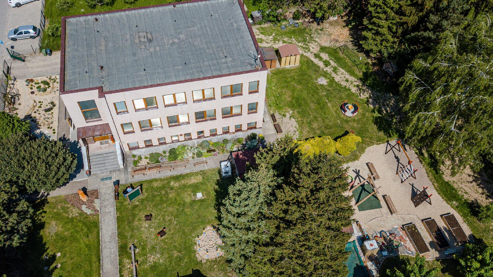 Letecký pohled na budovu mateřské školky