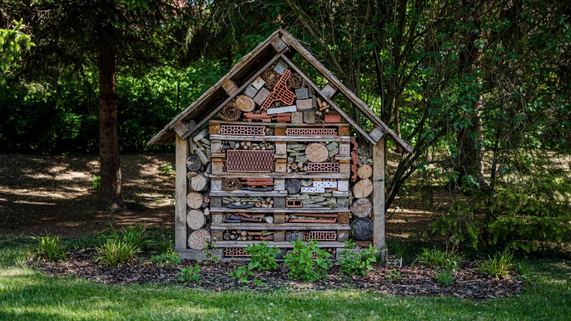 Dřevěný domeček na školní zahradě