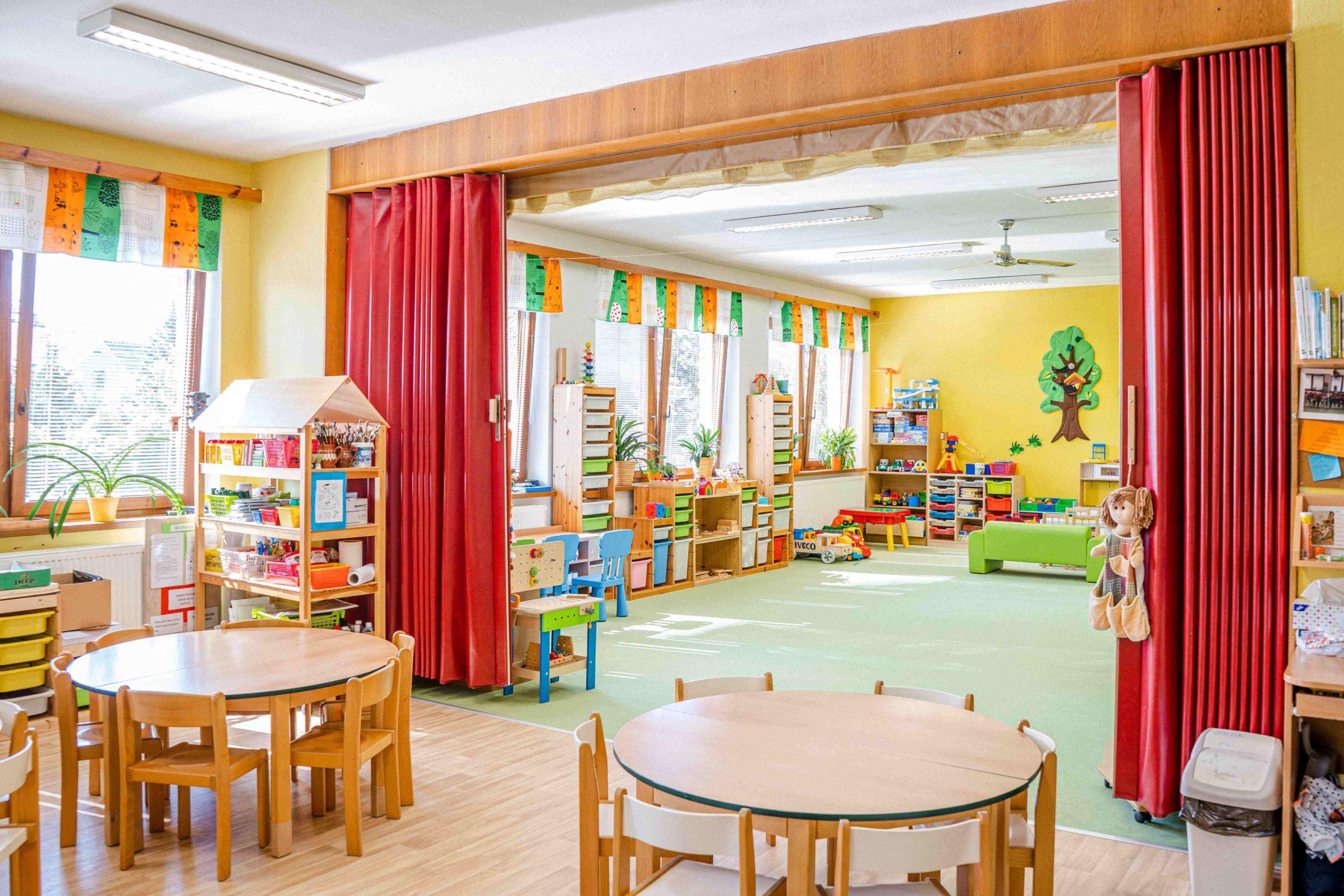 Školní družina se stoly a hračkami