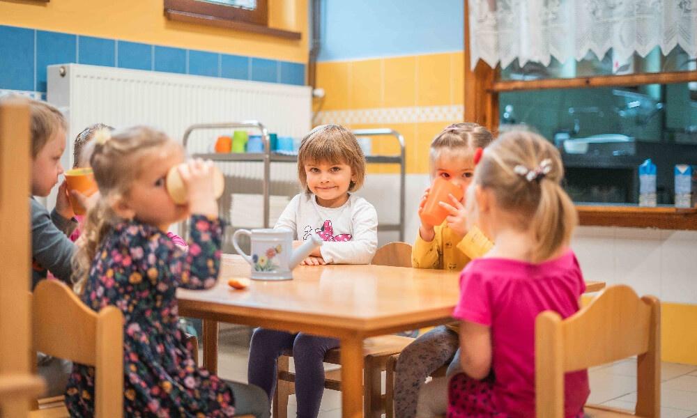 Děti svačí u stolu